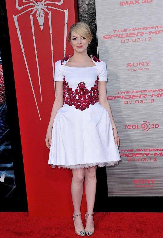 艾瑪史東這件桃紅裝飾的白色蓬裙洋裝,看起來相當甜美可人,不過腰身不夠緊,反而讓蓬...