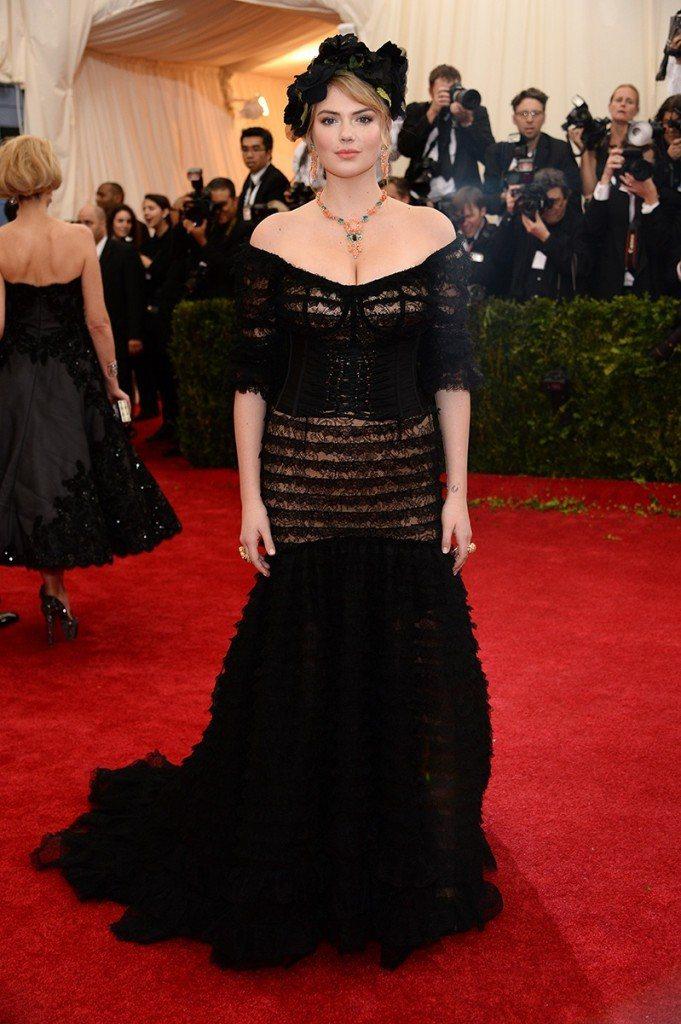 美胸甜心凱特阿普頓這件 Dolce & Gabbana,從半側面看還沒啥問題,但...