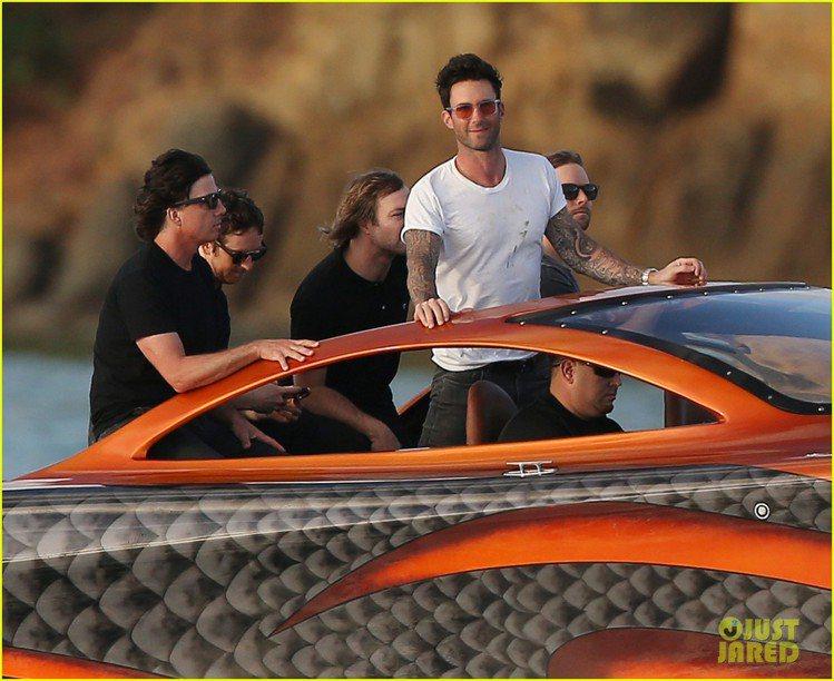 魔力紅主唱亞當李維(Adam Levine)新 MV 請來老婆和她的超模朋友們加...