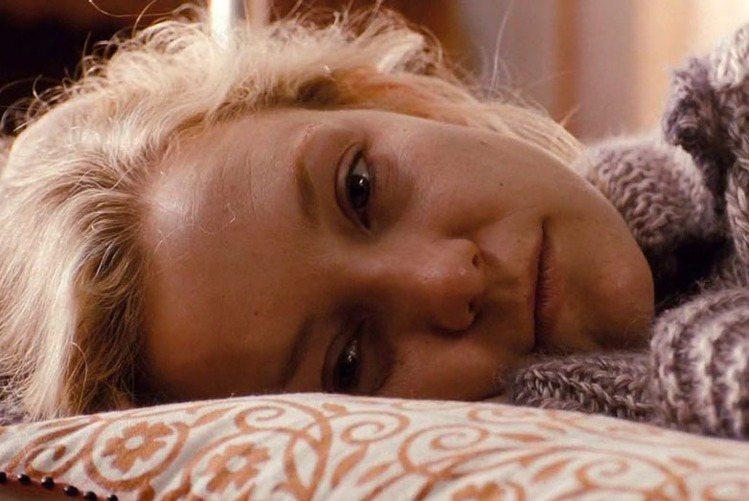 凱特哈德森在《想愛趁現在》中飾演癌末病患,當時還沒瘦身成功的她素顏入鏡演出病人的...