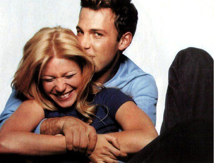 在拍《當真愛來敲門》時,葛妮絲與班艾佛列克也假戲真作。圖/擷自英國每日郵報