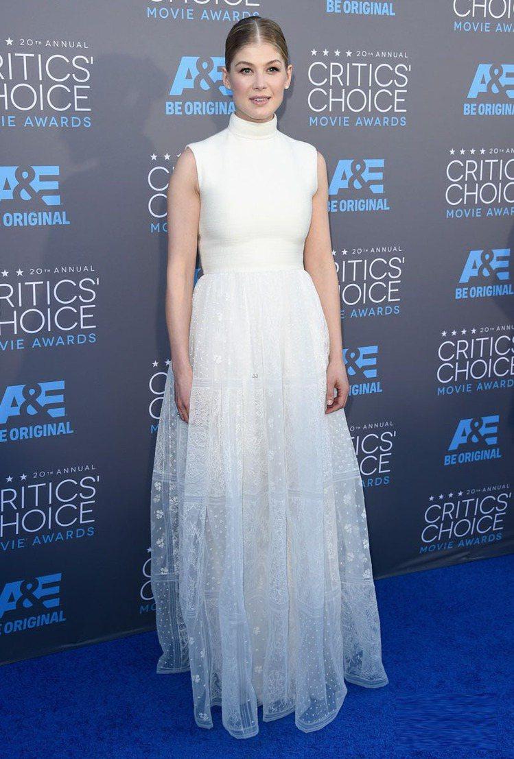 前幾天在金球獎才因為一襲露很大的白色禮服受到許多惡評的羅莎蒙派克,再度穿上白色禮...