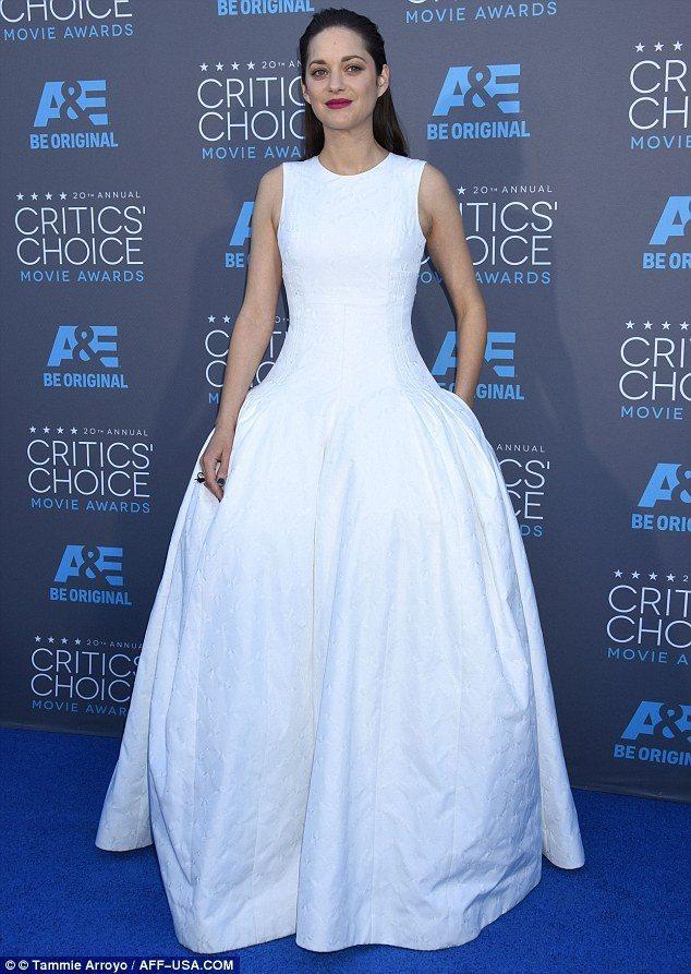 瑪莉詠柯蒂亞,也以代言品牌 Dior 的白色高級訂製蓬裙現身會場。華麗誇張的裙擺...