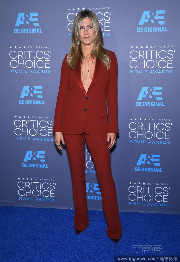 珍妮佛安妮斯頓當天以一身紅棕色 GUCCI 西裝褲裝現身「藍毯」,俐落帥氣又性感...