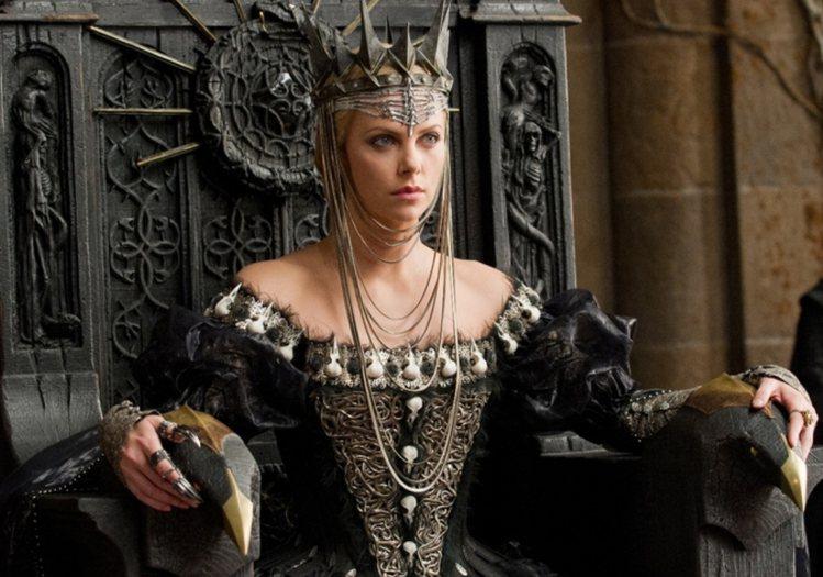 莎莉賽隆在《公主與狩獵者》飾演白雪公主的後母。圖/UIP提供