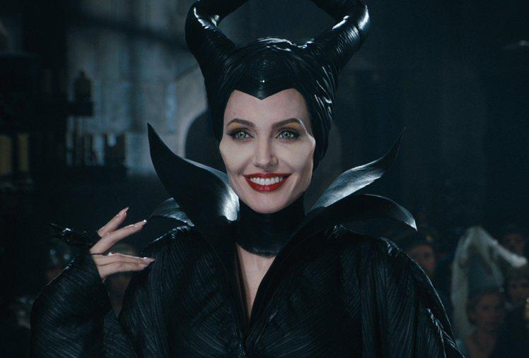 安潔莉娜裘莉在《黑魔女:沉睡魔咒》的經典扮相。圖/迪士尼提供