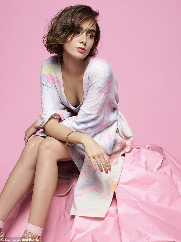 莉莉柯林斯日前拍攝香奈兒旗下針織品牌 Barrie 服裝廣告。圖/擷自每日郵報