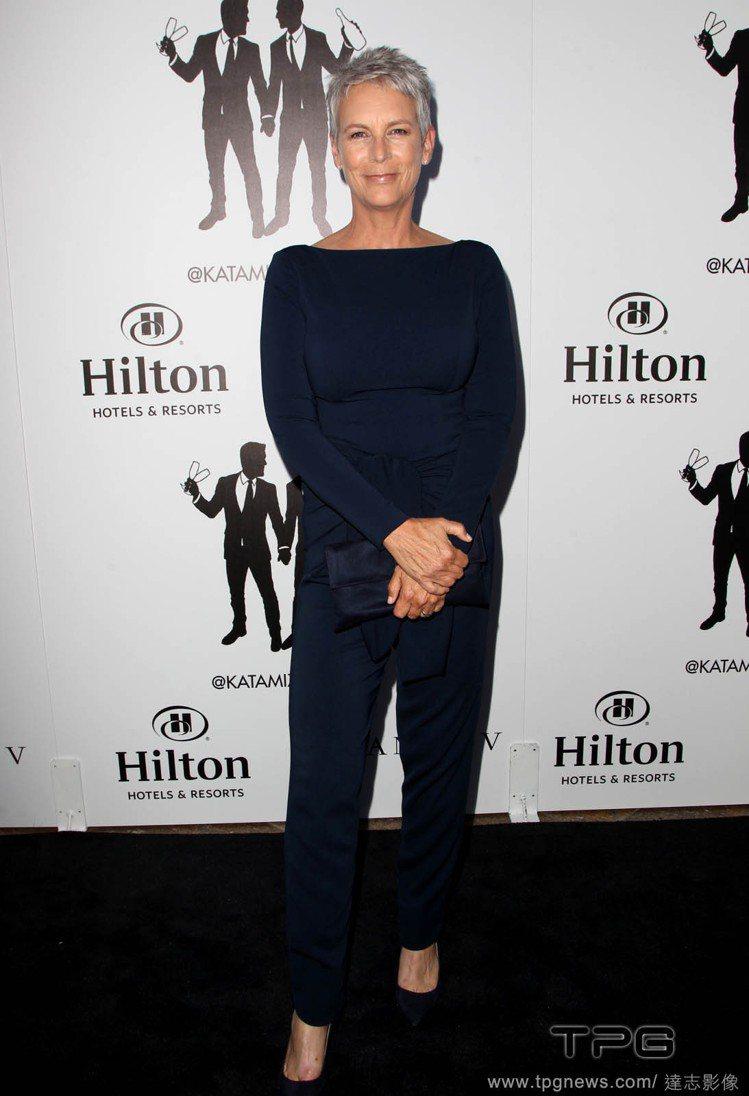 53歲的好萊塢女星潔美李寇蒂斯,不演戲時絕不染髮,讓頭髮保持自然的灰白色。圖/達...