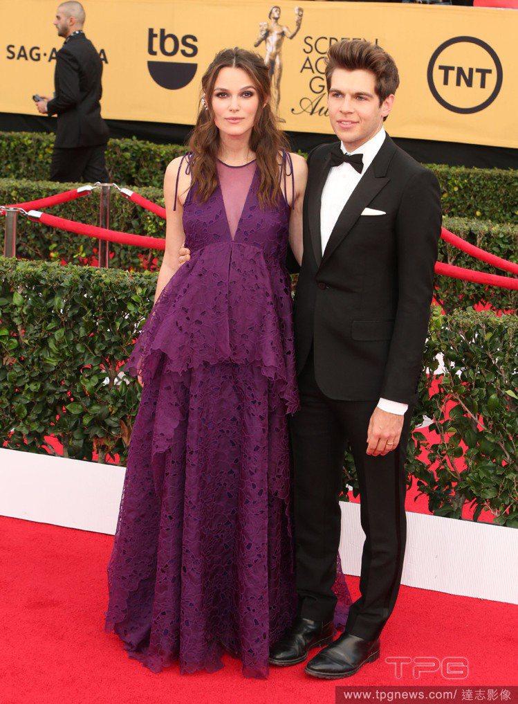 「孕媽媽」綺拉奈特莉以一身紫色寬鬆禮服出席 2015 SAG 演員工會獎,她覺得...