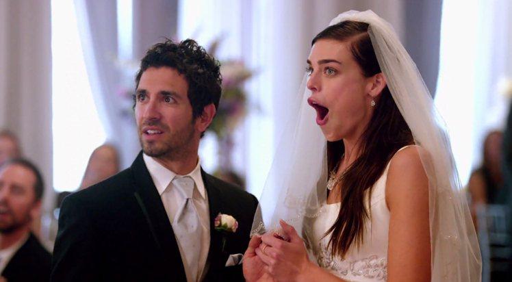 日前魔力紅拍MV,快閃突擊婚禮嚇壞新人。圖/環球提供