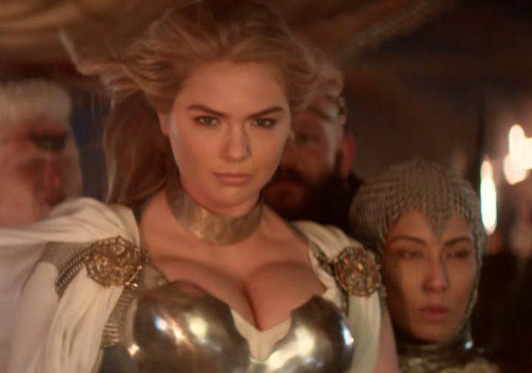 凱特阿普頓在手機遊戲的超級盃中,穿上鐵甲「撐奶」出戰。圖/擷自youtube