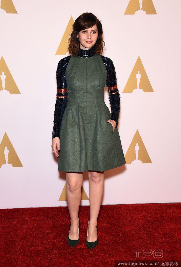 費莉絲蒂瓊斯選擇 Dior 軍裝感洋裝,亮片拼貼高領長袖搭配軍綠色的皮革布料,既...