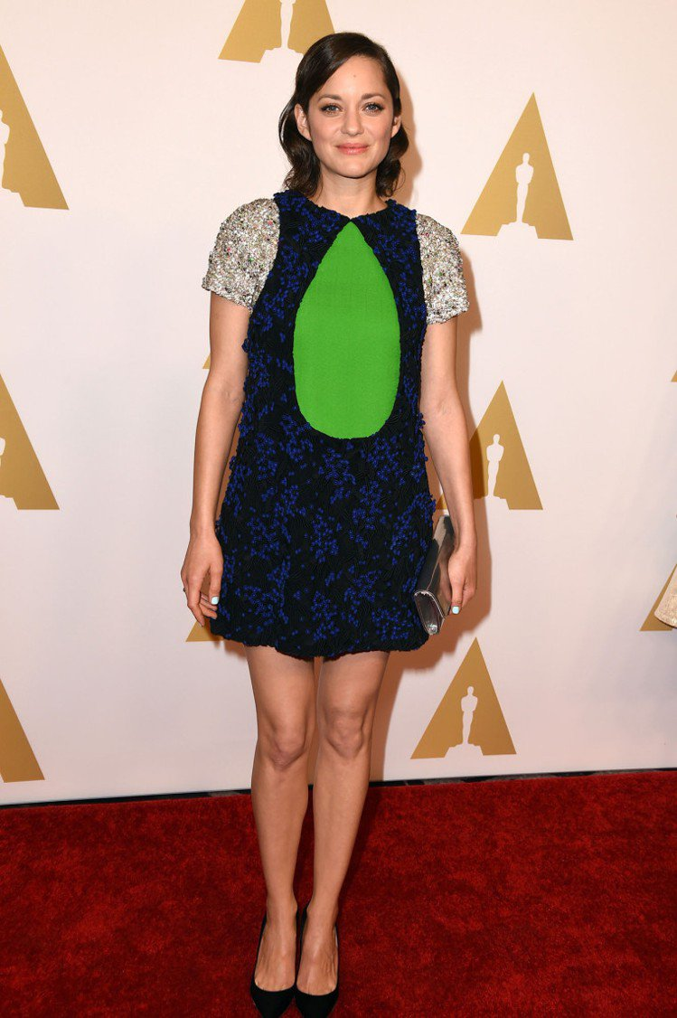 瑪莉詠柯蒂亞不愧是 Dior 代言人,日前剛發表的全新訂製系列她已經穿在身上。胸...