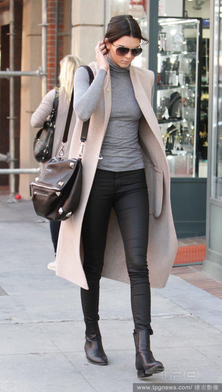 坎達爾珍娜不靠裸露或是大秀名牌精品包,而是透過工作,如伸展台的專業演出和辨識度極...
