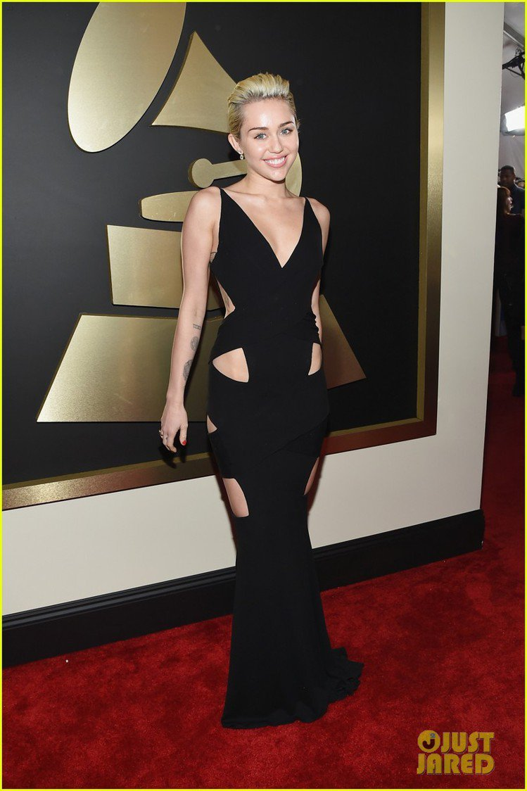麥莉希拉以一身幾何鏤空黑色禮服引起注目。簡單的深 V 線條,加上繃帶般的鏤空剪裁...