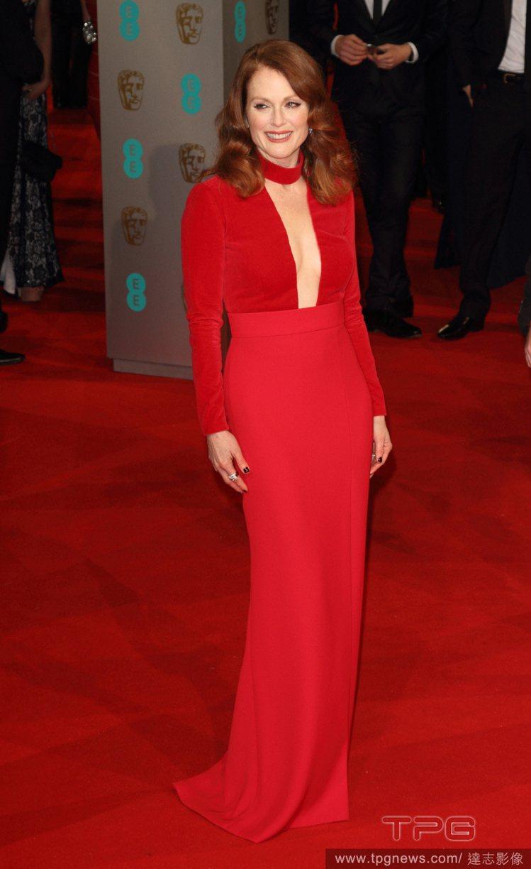 茱莉安摩爾挑了 Tom Ford 紅色絨布禮服亮相紅毯,上身中空的剪裁搭上頸間的...