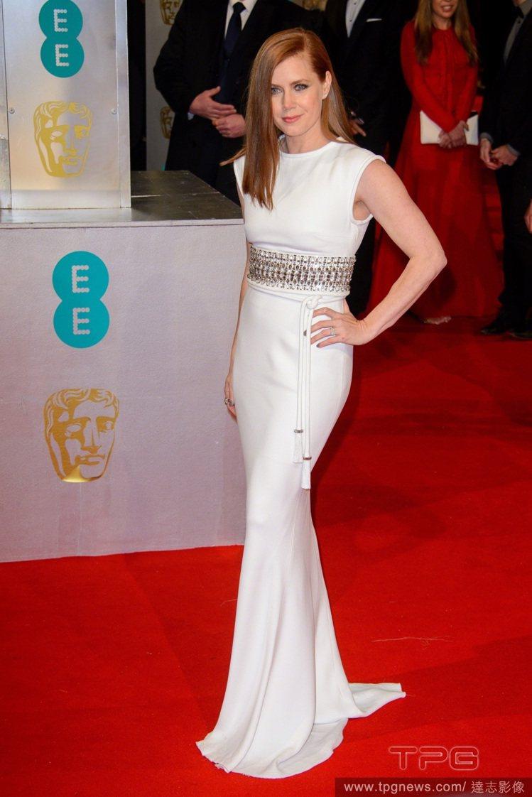 艾美亞當斯選擇 LANVIN 的白色禮服現身紅毯,貼身的服裝線條展現優美身型曲線...