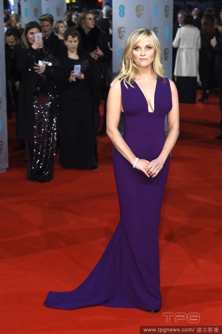 穿著 Stella McCartney 紫色禮服的瑞絲薇絲朋,也充份展現出玲瓏身...