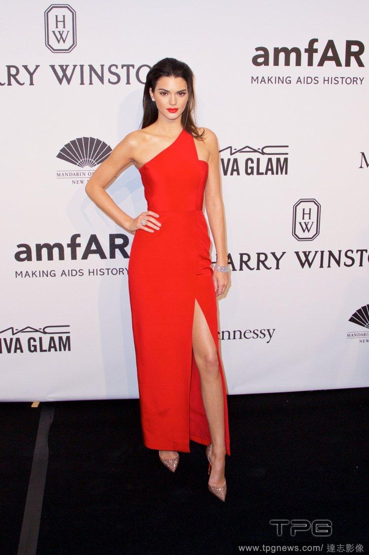 坎達爾珍娜也挑了斜肩開衩的款式,但這件紅色 Romona Keveza 禮服線條...