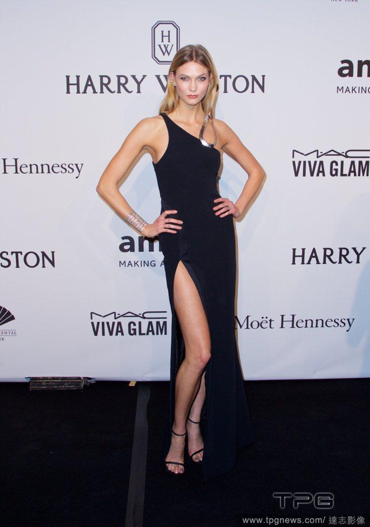 甜心超模 Karlie Kloss 選擇 Mugler 的斜肩開衩禮服,深藍用色...