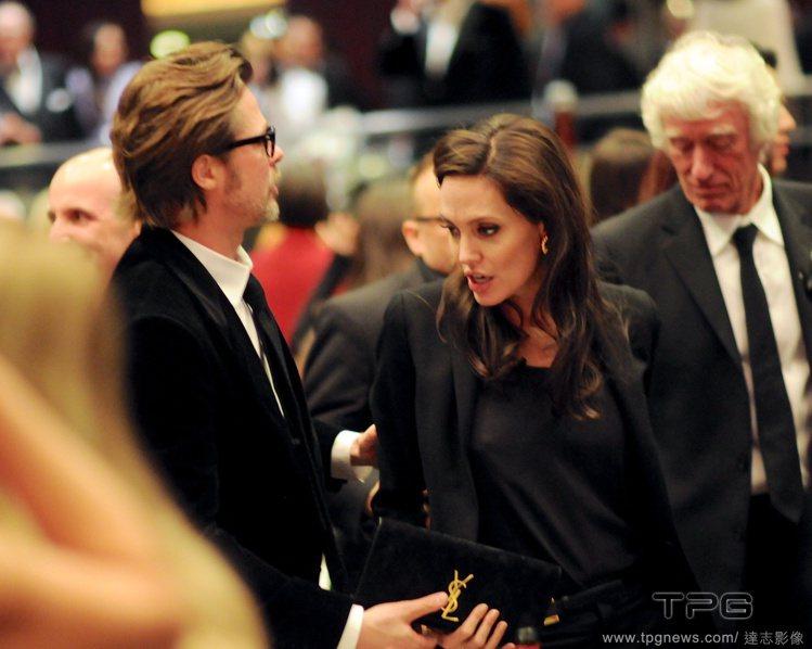 安潔莉娜裘莉和布萊德彼特這對巨星夫妻檔昨日一同出席美國攝影師協會(ASC)頒獎典...
