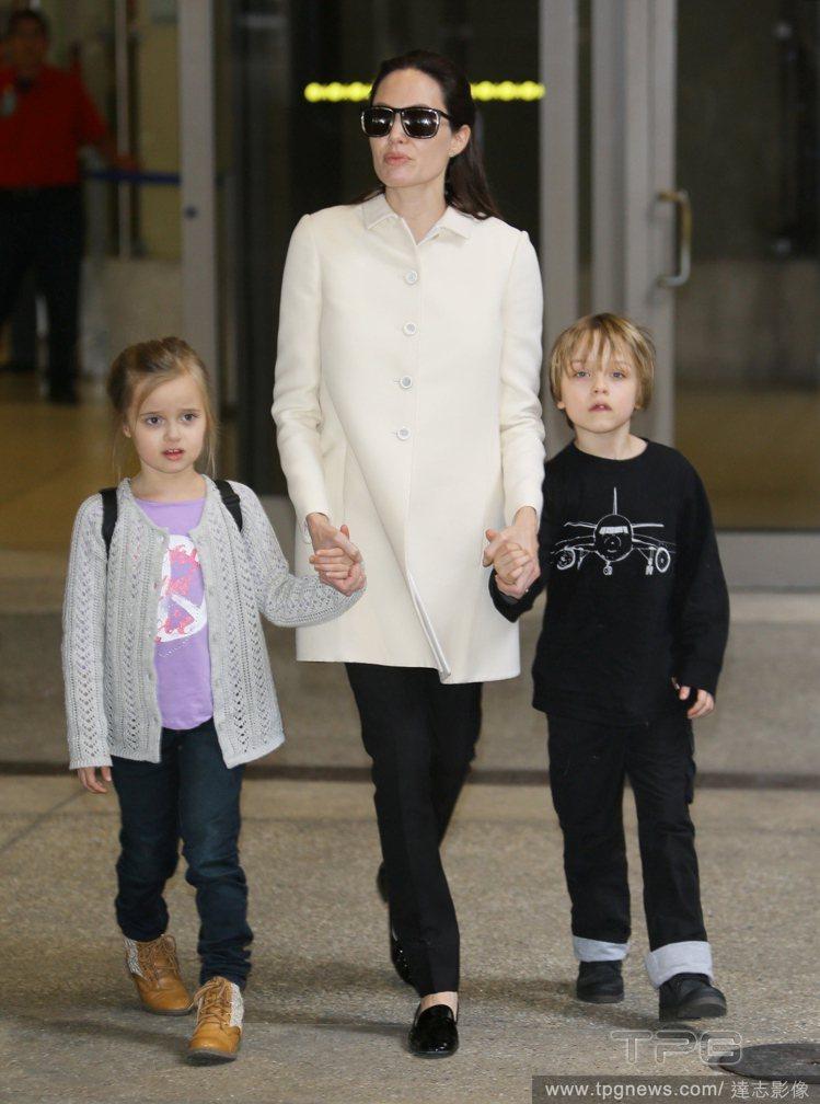 安潔莉娜裘莉日前帶著雙胞胎兒女現身機場,兩個孩子長大不少。圖/達志影像