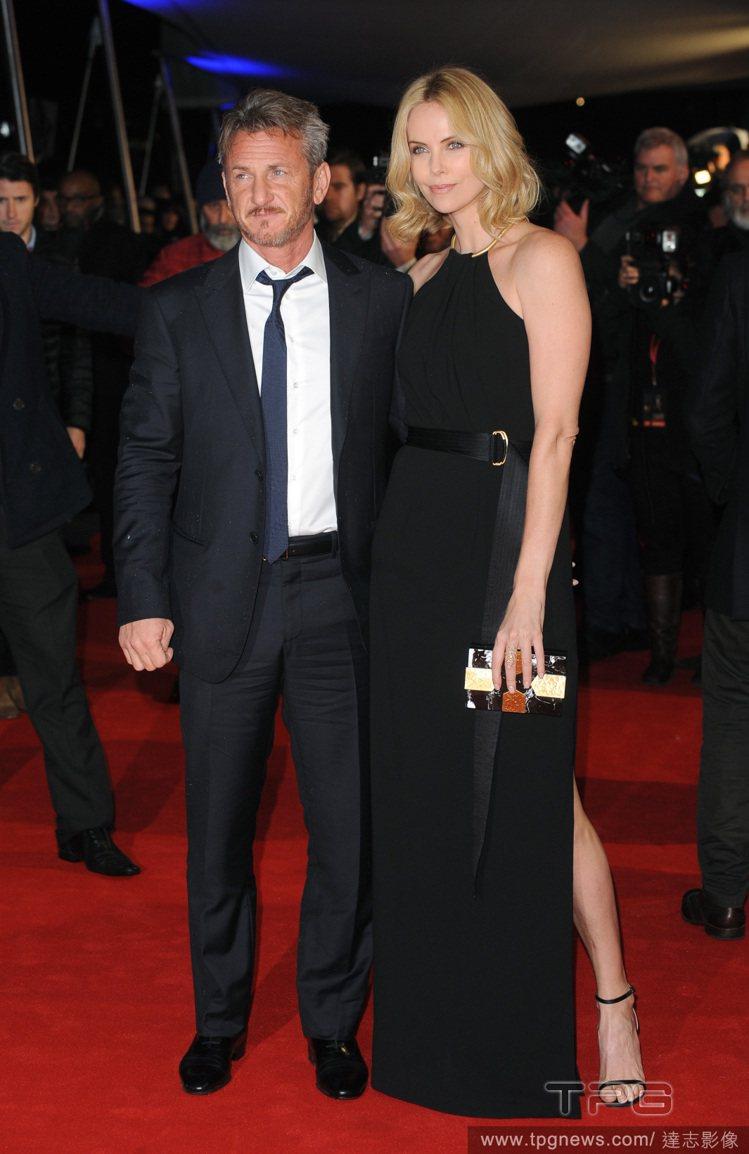 留著新髮型的莎莉賽隆身穿 Halston Heritage 的開衩黑色禮服現身,...