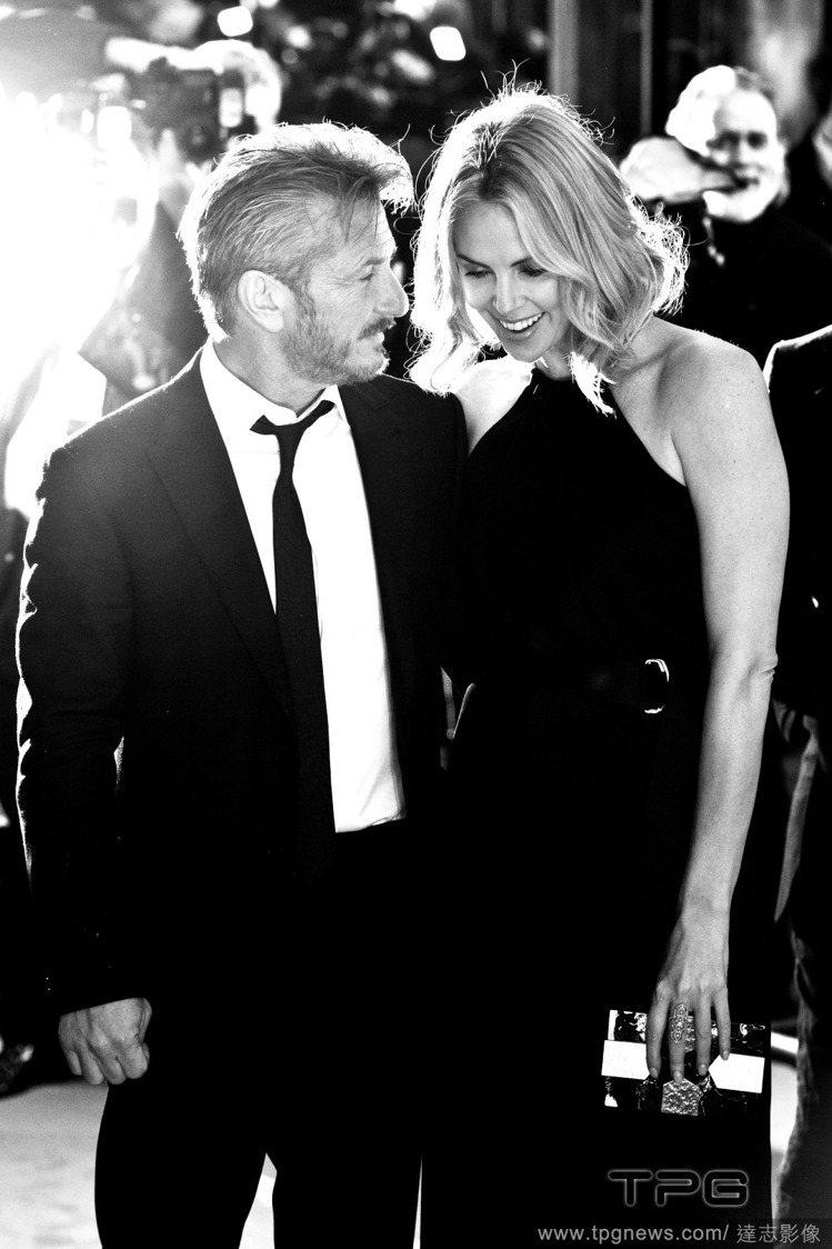 好萊塢男星西恩潘的新電影《全面逃殺》近日在倫敦舉行首映會,他挽著女友莎莉賽隆的手...
