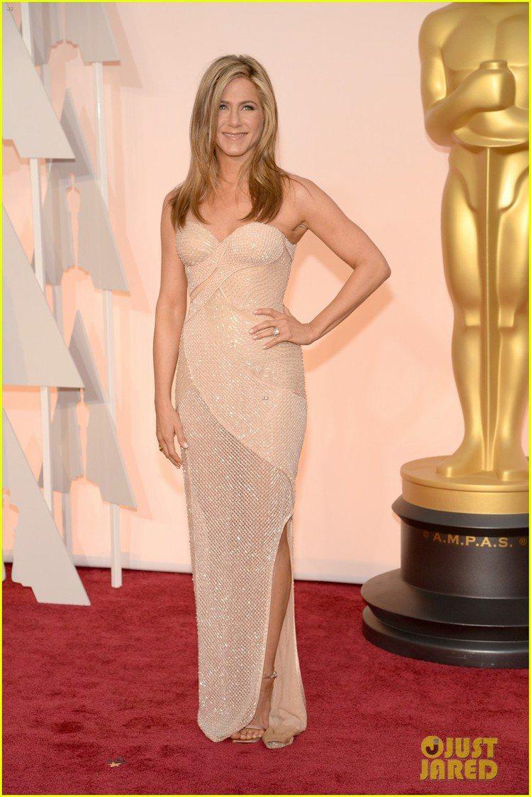 珍妮佛安妮斯頓身穿 Versace 禮服,心型深 V 與一氣呵成的流線剪裁互相呼...