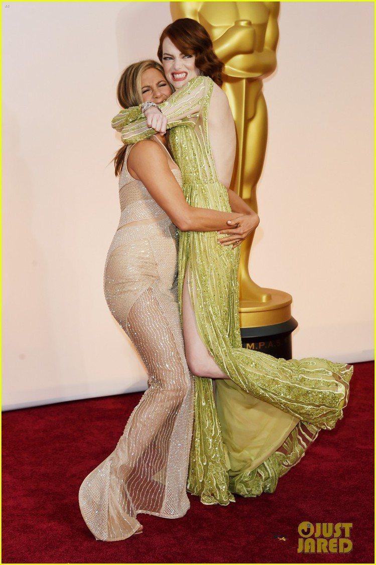 珍妮佛安妮斯頓當場和艾瑪史東玩抱抱,畫面看起來十分俏皮。圖/擷自justjare...