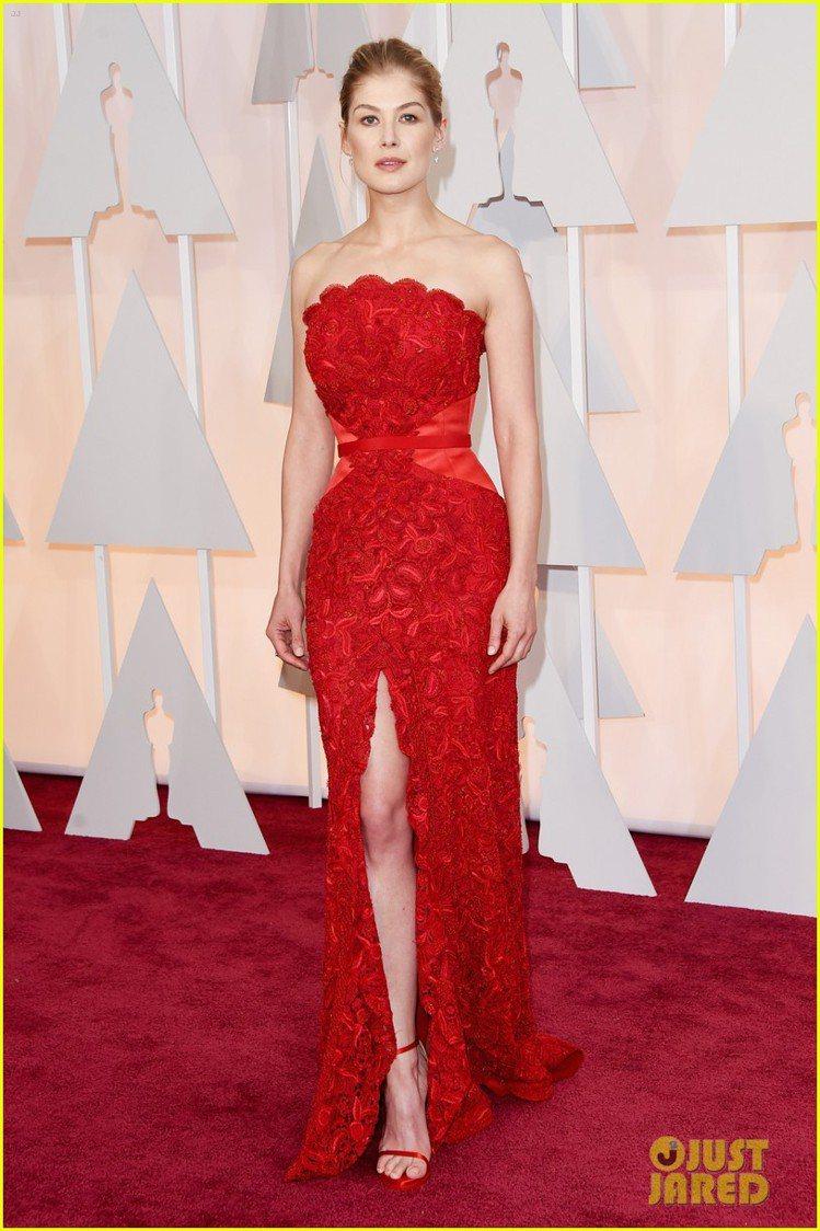 以《控制》一片入圍最佳女主角的羅莎蒙派克,選擇GIVENCHY紅色禮服現身紅毯。