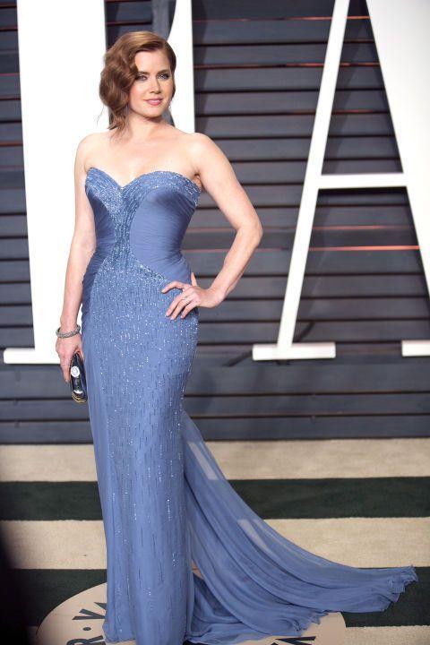艾美亞當斯選穿水藍色 VERSACE 訂製服,亮片裝飾不太過華麗卻恰到好處,那一...