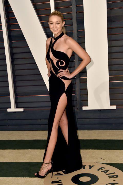 嫩模 Gigi Hadid 選擇 VERSACE 黑色鏤空禮服,極貼身的布料搭配...