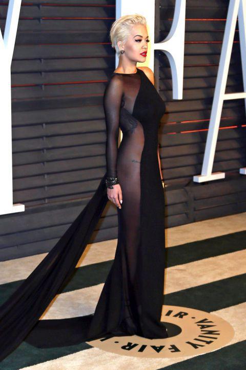 Rita Ora 的 Donna Karan 禮服和伊蓮娜的禮服有異曲同工之妙,...