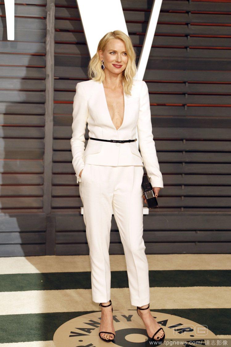 娜歐蜜華茲改變風格,挑了 ARMANI 的白色褲裝,霸氣時尚又性感!可說是比她在...