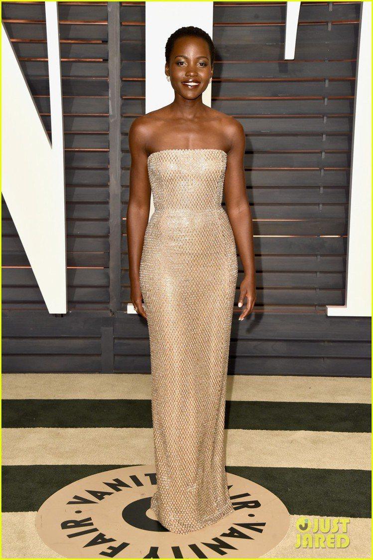露琵塔妮詠奧依舊穿上 Calvin Klein Collection 禮服,膚色...