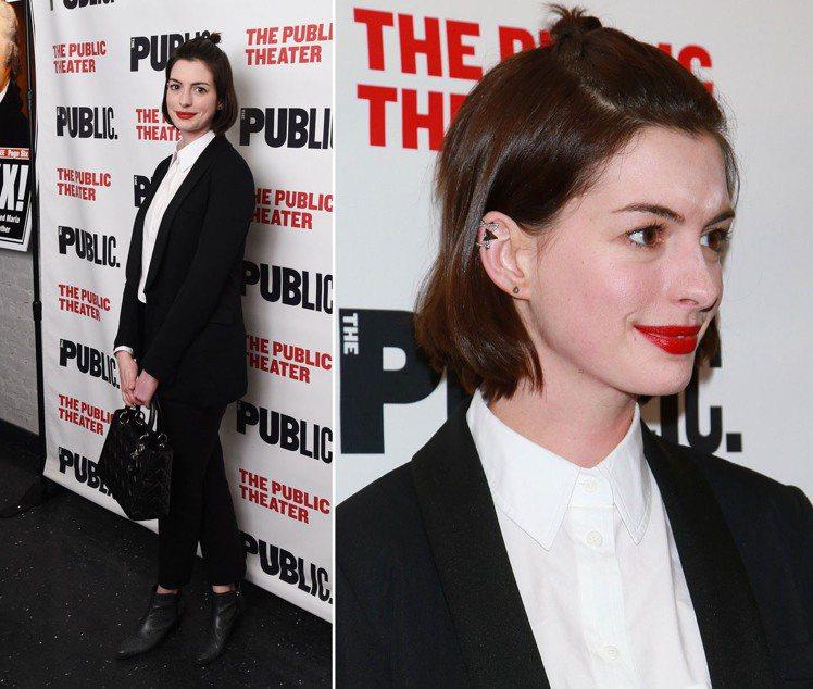 安海瑟薇以2015重新流行的公主頭亮相,搭配黑白西裝套裝,看起來頗有社會新鮮人的...
