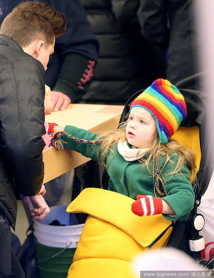 日前貝克漢帶著三個兒子與女兒出門,只見小哈潑戴著彩紅毛帽與紅手套,坐在黃色的嬰兒...