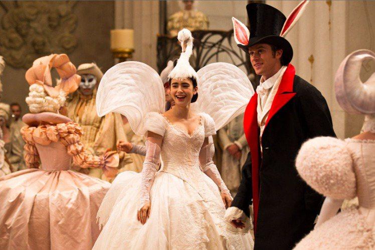改編自迪士尼《白雪公主》的《魔鏡魔鏡》,找來莉莉柯林斯飾演白雪公主。她在電影中的...