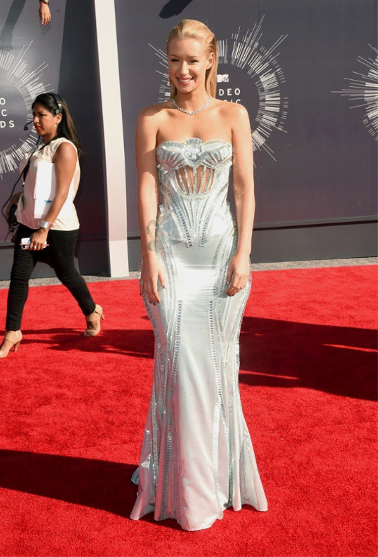 伊姬阿潔莉亞出席MTV音樂錄影帶大獎難得優雅,禮服胸前鏤空,串珠刺繡延伸至背脊。...