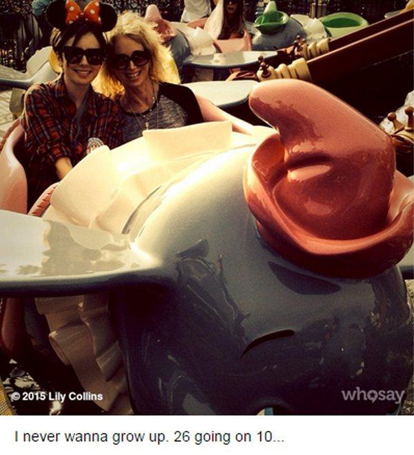 莉莉柯林斯慶26歲生日,調皮地在自己與媽媽乘坐迪士尼小飛象遊樂設施的照片旁補充,...