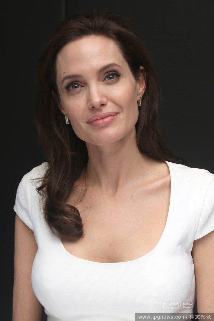 安潔莉娜裘莉(Angelina Jolie)今天宣布,繼2年前切除雙乳後,她因罹...