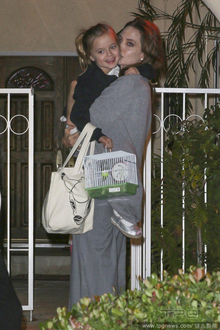 裘莉和親生女兒Vivienne。圖/達志影像