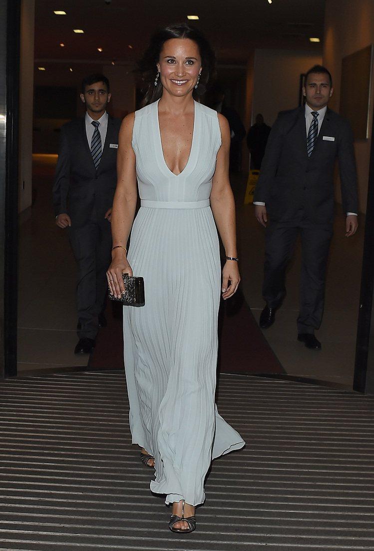 凱特王妃的妹妹琵琶密道頓穿著Hugo Boss水藍色禮服優雅亮相。圖/Hugo ...