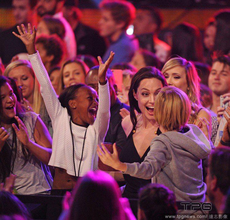 安潔莉娜裘莉以《黑魔女:沉睡魔咒》在昨日舉辦的兒童票選獎(Kids' Choic...