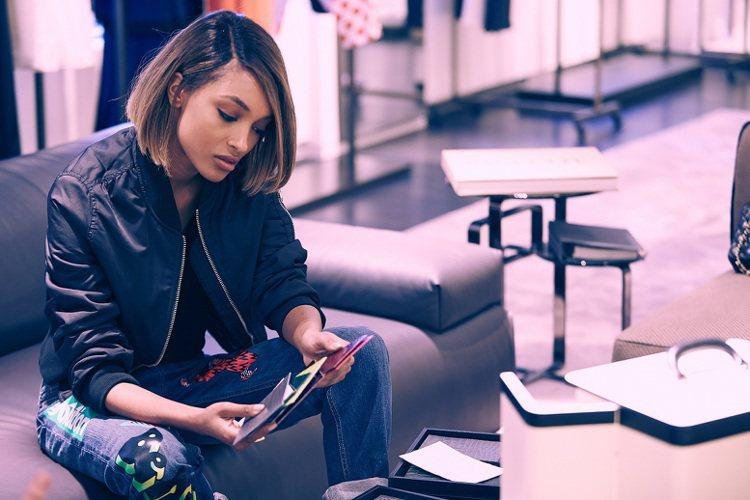 名模Jourdan Dunn設計Fendi包,色調拼貼很生動。圖/Fendi提供