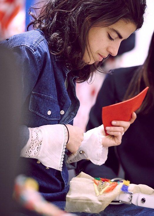 時尚部落客 Leandra Medine設計的Fendi包,風格大膽。圖/Fen...