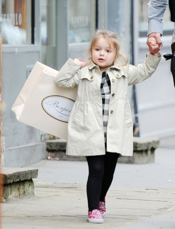 哈潑之前被拍到和爸爸一同上街購物時穿著的也是 BURBERRY 童裝風衣,一派瀟...