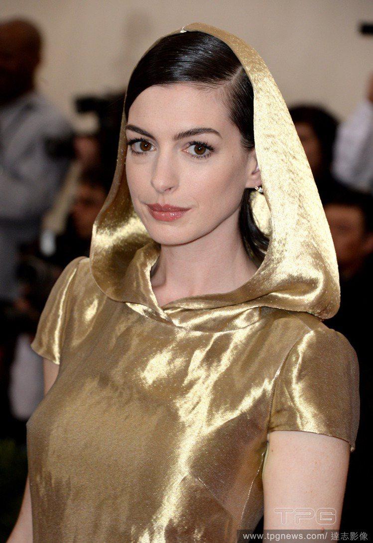 安海瑟薇的 Ralph Lauren 金色連帽禮服靈感來自中國佛像。圖/達志影像