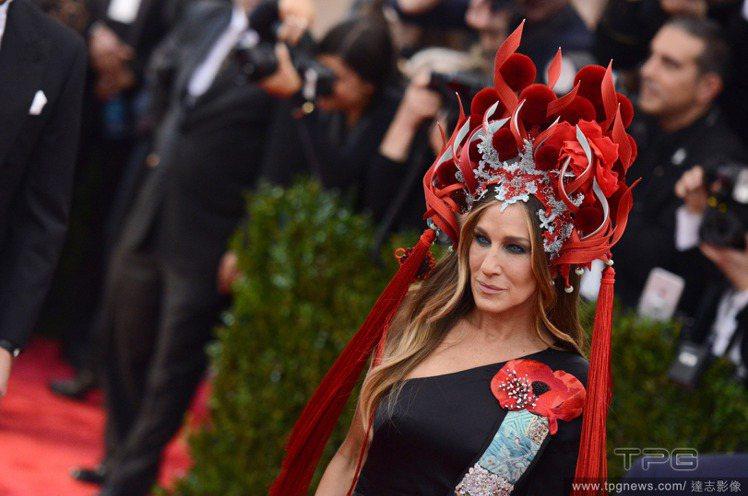 莎拉潔西卡派克頂著Philip Treacy打造的火紅頭冠,搭配她本人與H&M共...